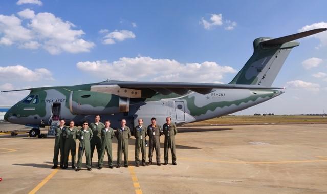 Militares do IPEV participam de recebimento da aeronave KC-390
