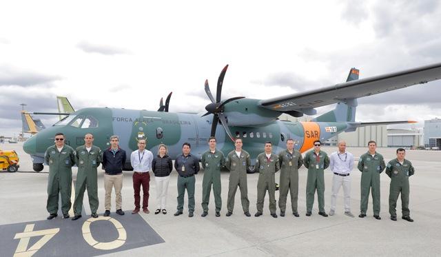 Piloto e engenheiro do IPEV participam do recebimento da segunda aeronave SC-105